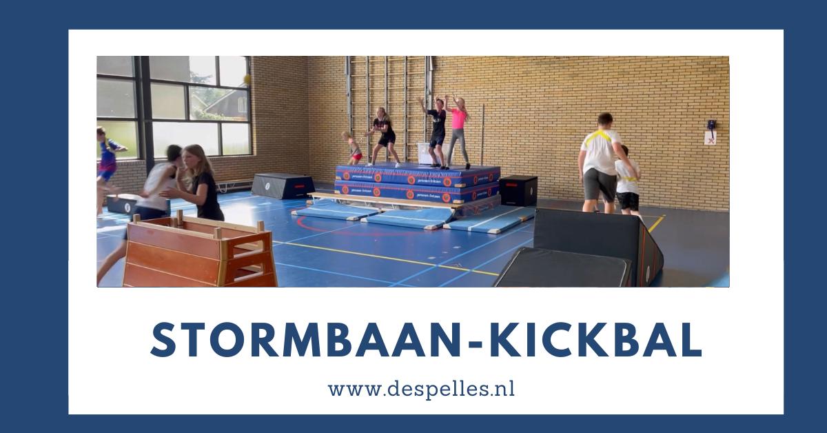 Stormbaan-Kickbal in de gymles